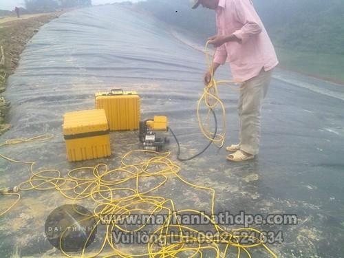 Máy hàn nhựa demtech vm20a thi công hàn bạt HDPE chống thấm bãi chôn lấp rác thải